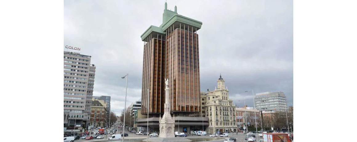 O curioso edifício que foi construído de cima para baixo